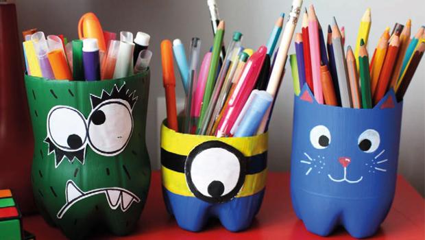 Bouteilles transformées en pots à crayons dans le cadre d'un atelier Cez'Art.