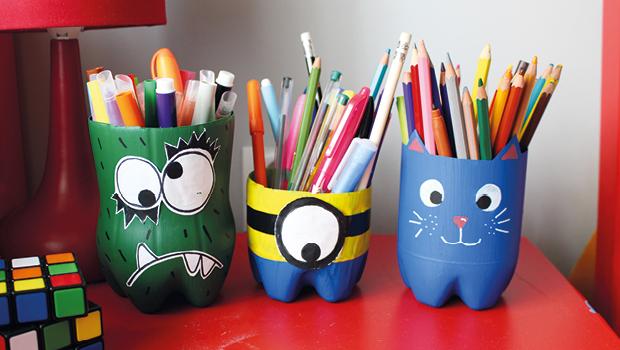Pots à crayons créés à partir de bouteilles en plastique usagées