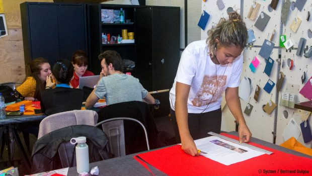 Photo d'un workshop pour étudiants organisé durant l'exposition Design Zéchet 2019