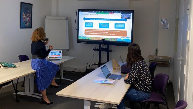 Photo d'un séminaire d'introduction Design Zéro Déchet à distance, avec deux intervenantes présentant le déroulé sur un écran
