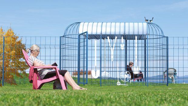 Montage photo du projet Bienvenue Chez Nous : une structure grillagée greffée à une clôture, qui permet à chaque voisin de stocker et emprunter des outils de jardinage.