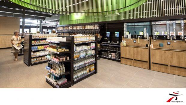 Photo d'un rayon d'alimentation bio et vrac dans l'Intermarché de La Douvaine