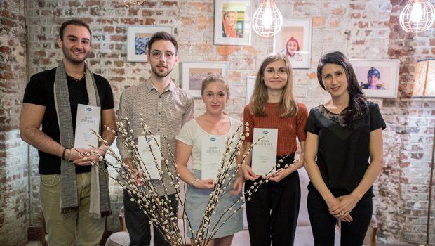 """Photo des lauréats du concours Design Zéro Déchet 2021 """"Du pack au vrac"""", organisé par le Syctom. ©Wildbee Studio"""